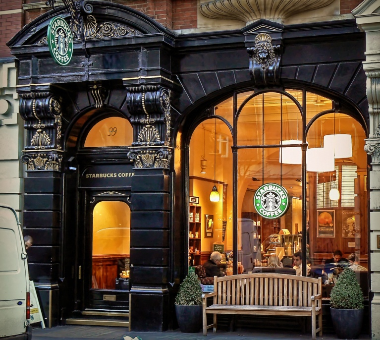 This is a freaking Starbucks for god's sake! (yes, god's with lower case, I wouldn't take His name for this, I'm talking about the lesser gods people!) How I would love to have my store, my imaginary store here! I would decorate the heck out of it and I'd would have fun decorating the windows!!!! I'm dreaming....